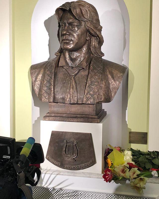 Дмитрию Хворостовскому установили первый памятный бюст