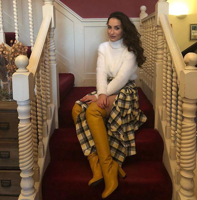 Виктория Дайнеко посетила бьюти-вечеринку в замысловатой юбке