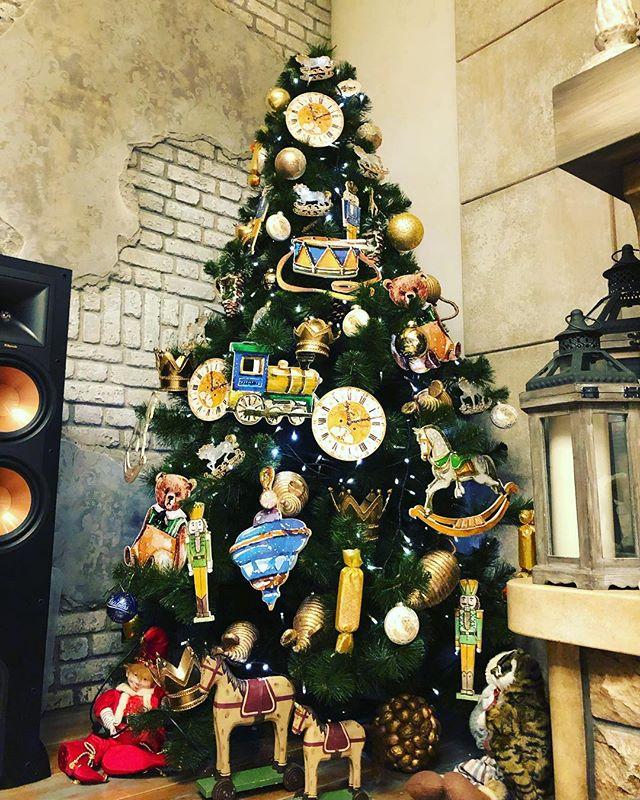 """""""Раз, два, три - ёлочка гори!"""": как украсили новогоднее дерево российские знаменитости"""