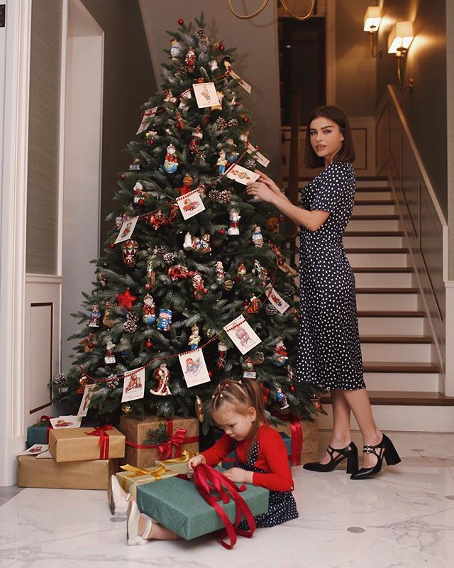Елена Темникова украсила новогоднюю ель в стиле ретро