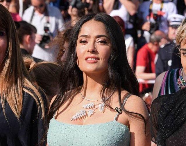 Модные критики оценили платье Сальмы Хайек на премьере фильма «Девушки солнца»