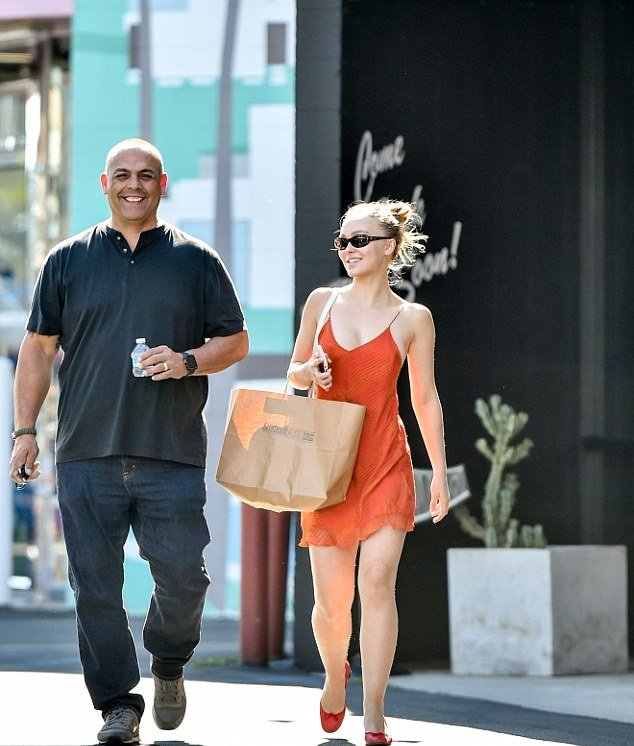 Лили Роуз-Депп гуляет по Лос-Анджелесу в откровенном сарафане