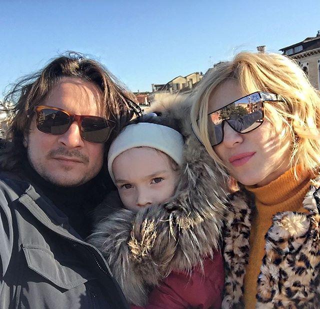 Трио: Ирина Гринева показала редкое семейное фото