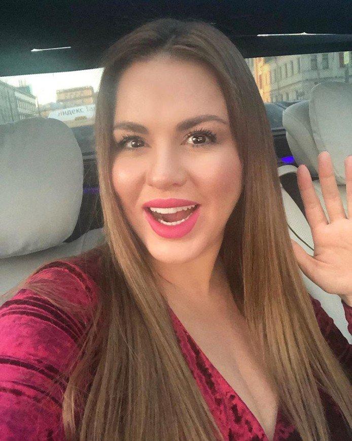 Из блондинки в шатенку: Анна Семенович сменила цвет волос