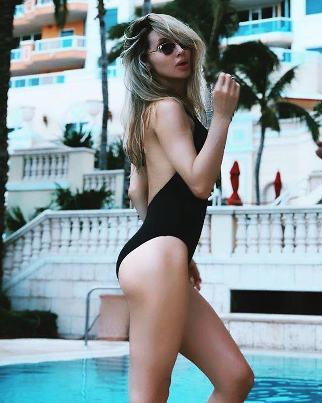 Светлана Лобода показала фигуру в пикантном черном купальнике