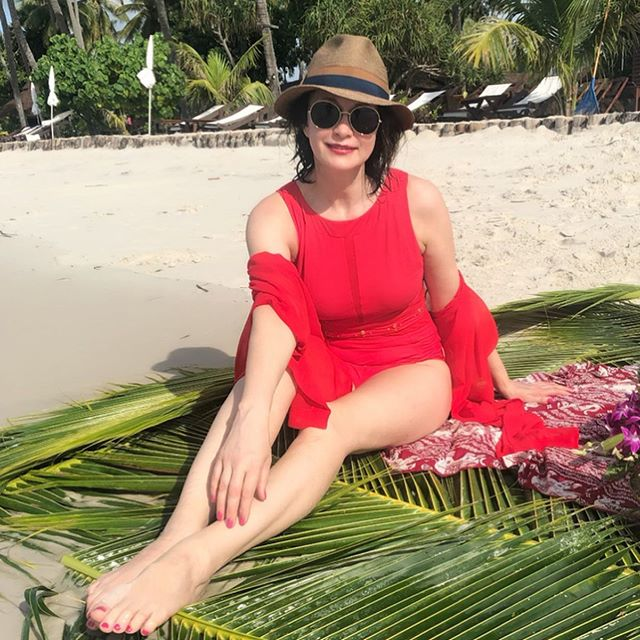 51-летняя Ольга Кабо показала роскошные формы в черном купальнике