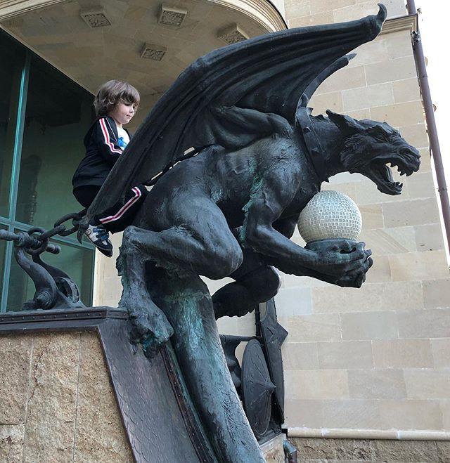 Мать драконов: дочь Галкина и Пугачевой играет с горгульями, украшающими вход в замок