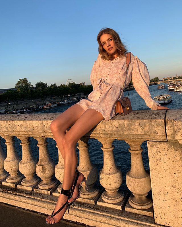 Как у фрейлины: Наталья Водянова позирует в кокетливом купальнике с рюшами