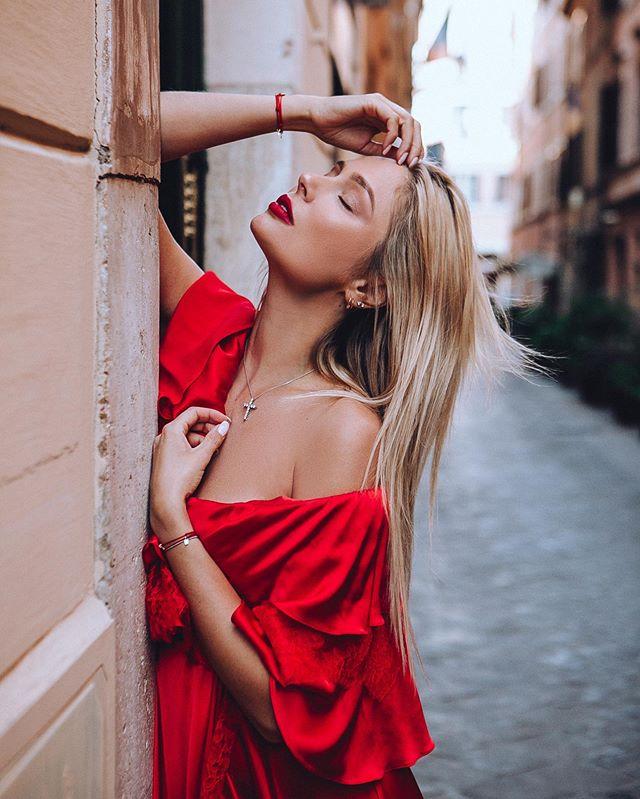 Наталья Рудова похвасталась грудью в мокрой облегающей футболке