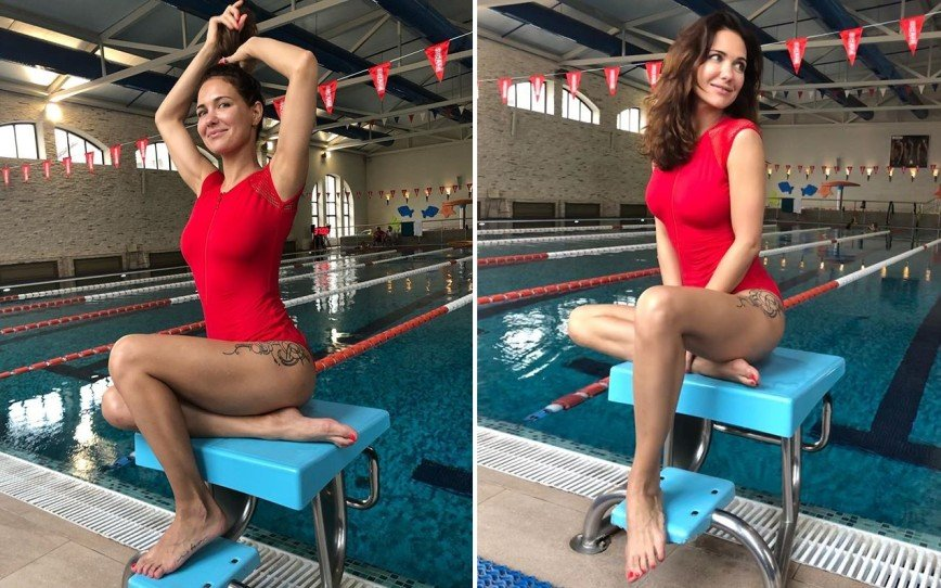 Екатерина Климова в красном купальнике показала татуировку на бедре