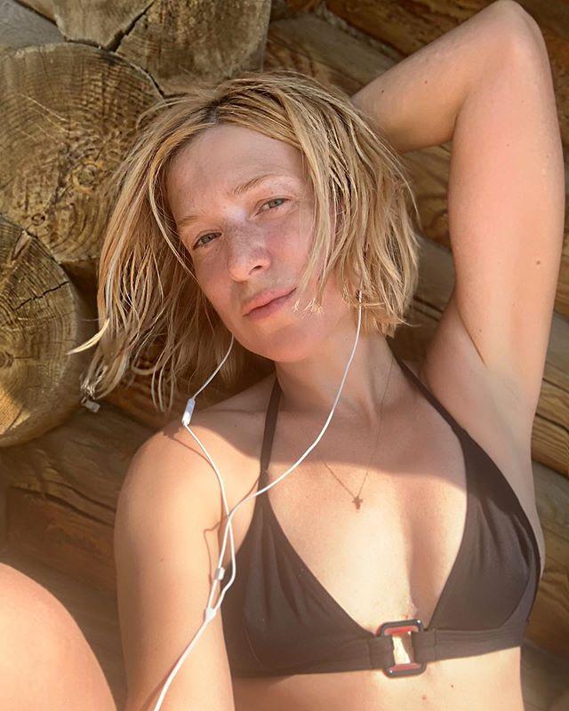 Блондинка в черном: Ирина Гринева показала стройные длинные ноги на пляжном снимке