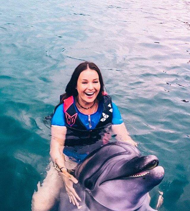 Незабываемые ощущения! Оксана Федорова поплавала с дельфинами и белухами