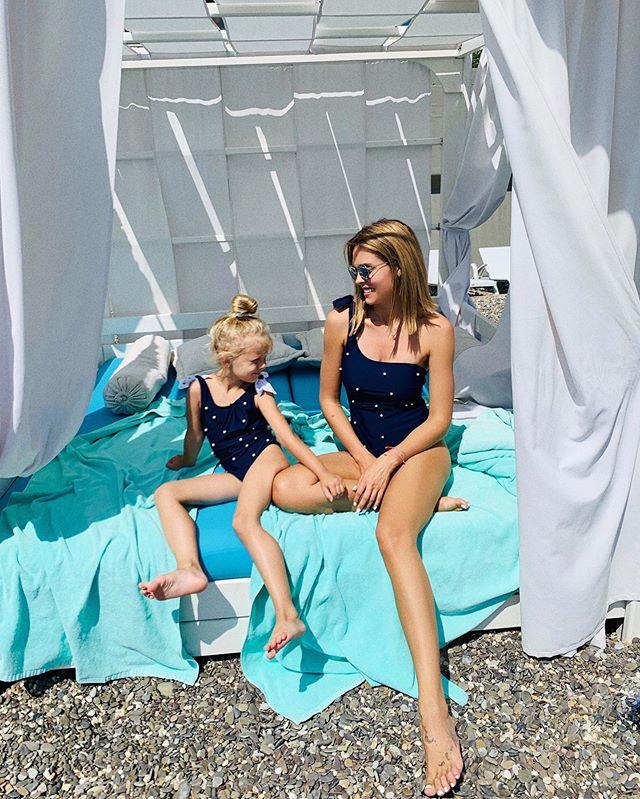 Две пары длинных ног и одинаковые купальники: Мария Горбань отдыхает вместе с дочерью