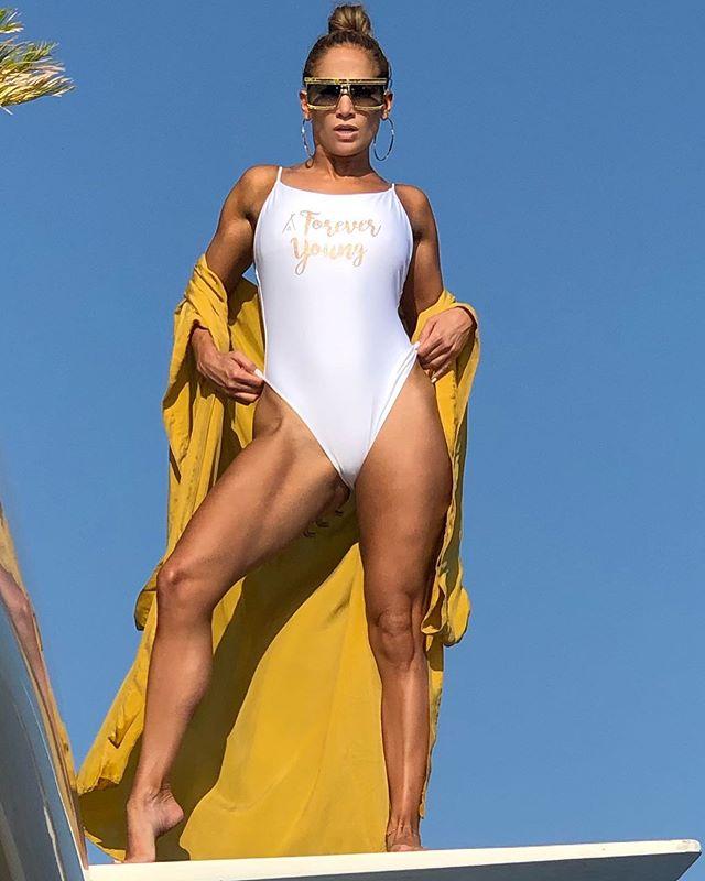 Яхта под цвет купальника: Дженнифер Лопес демонстрирует идеальную фигуру на отдыхе