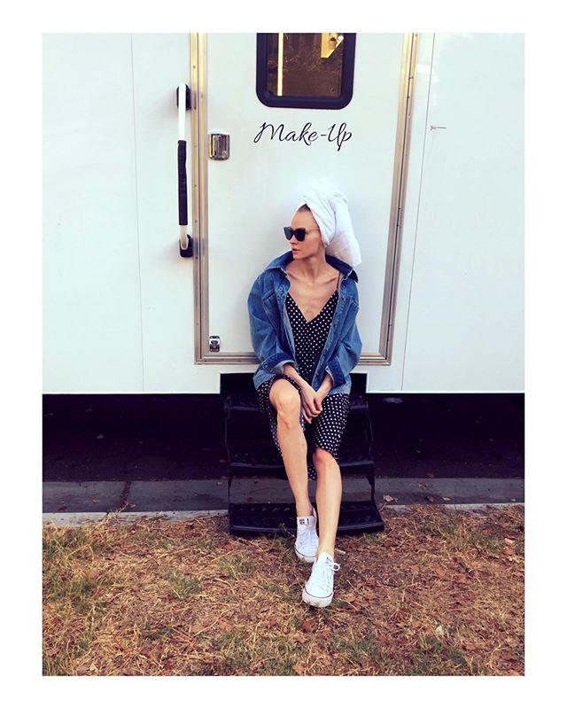 Полотенце на голове и кеды на ногах: Светлана Ходченкова в перерыве между съемками