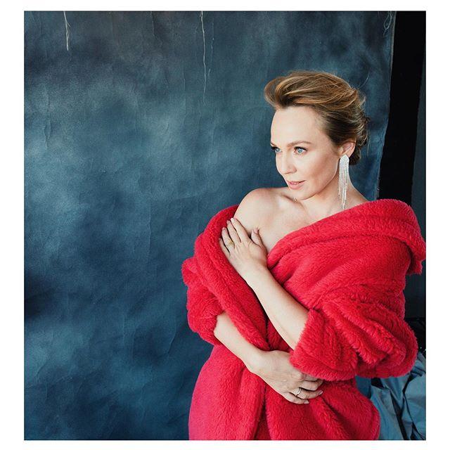Красная шуба и голое тело: новый фотоэксперимент Альбины Джанабаевой