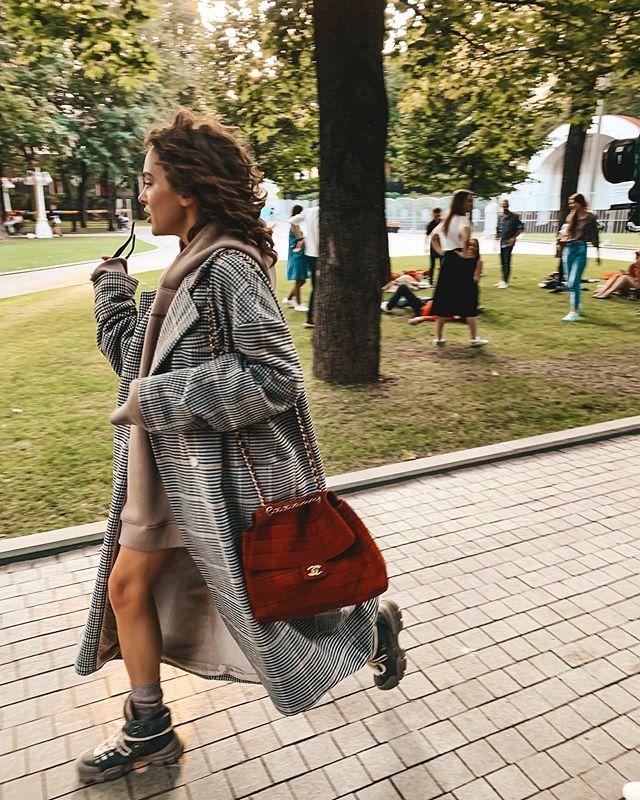 Пальто и голые ноги: оригинальный осенний образ Аглаи Тарасовой