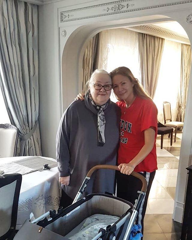 Мария Миронова показала редкое фото с мамой Екатериной Градовой