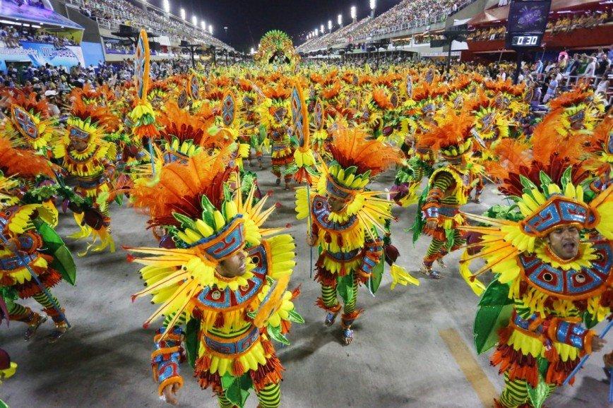 Традиционный карнавал в Рио-де-Жанейро в самом разгаре