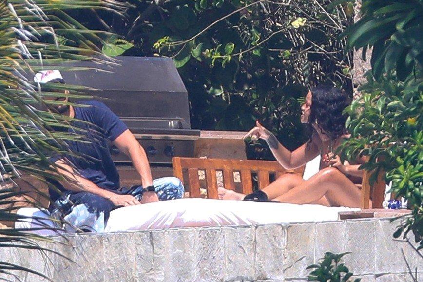 «Горячая девушка»: Рианна устроила скандал возлюбленному прямо на пляже