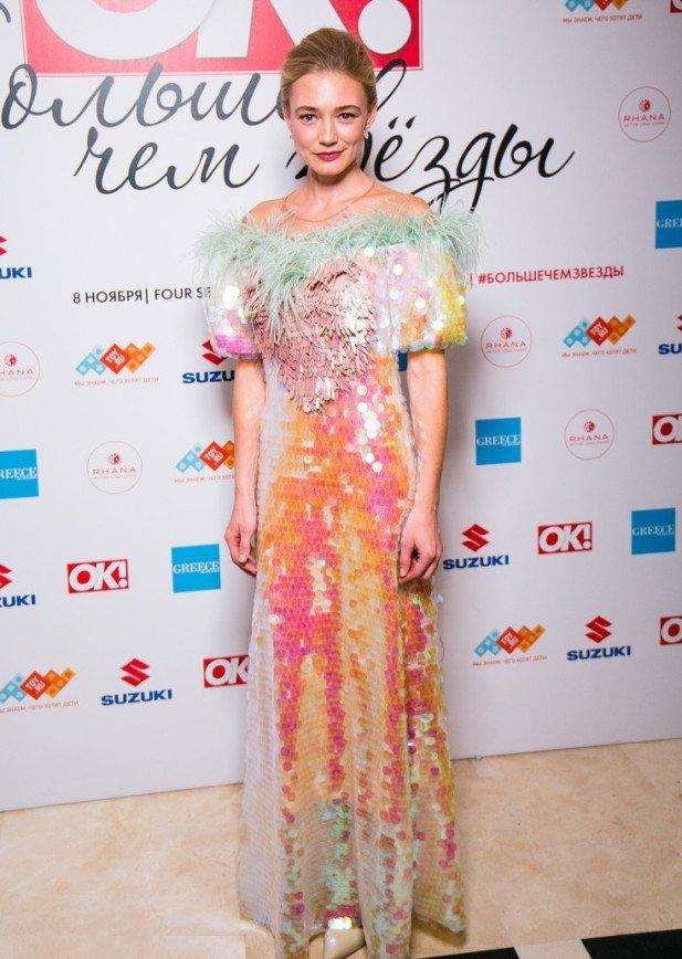 Блеск и перья: Оксана Акиньшина выбрала для появления на премии журнала «ОК!» сияющее платье