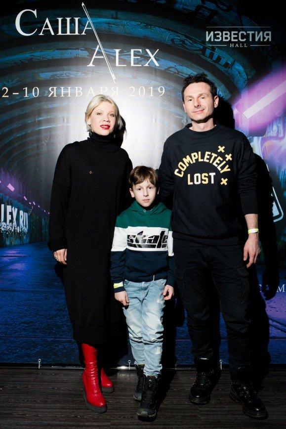 Бывший солист группы «Гости из будущего» Юрий Усачев привел семью на премьеру мюзикла