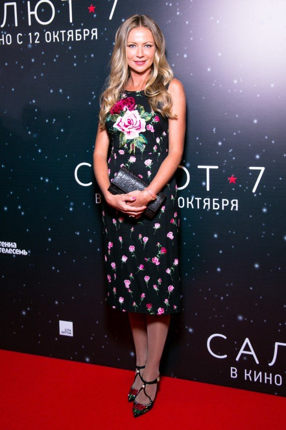 «Зачем такое надевать»:  толстые колготки испортили образ Марии Мироновой