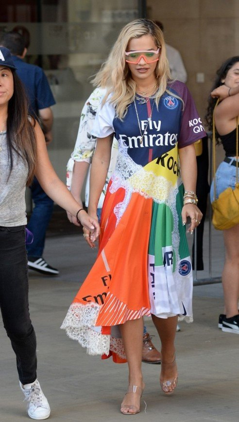 Рита Ора в ярком платье снова оказалась в центре внимания