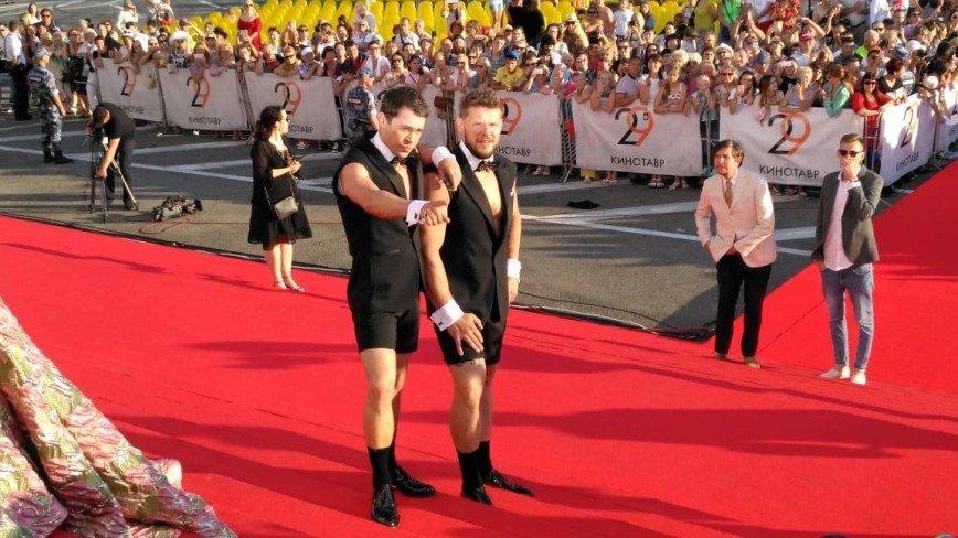 Павел Деревянко и Владимир Яглыч в шутку подрались на ковровой дорожке «Кинотавра»