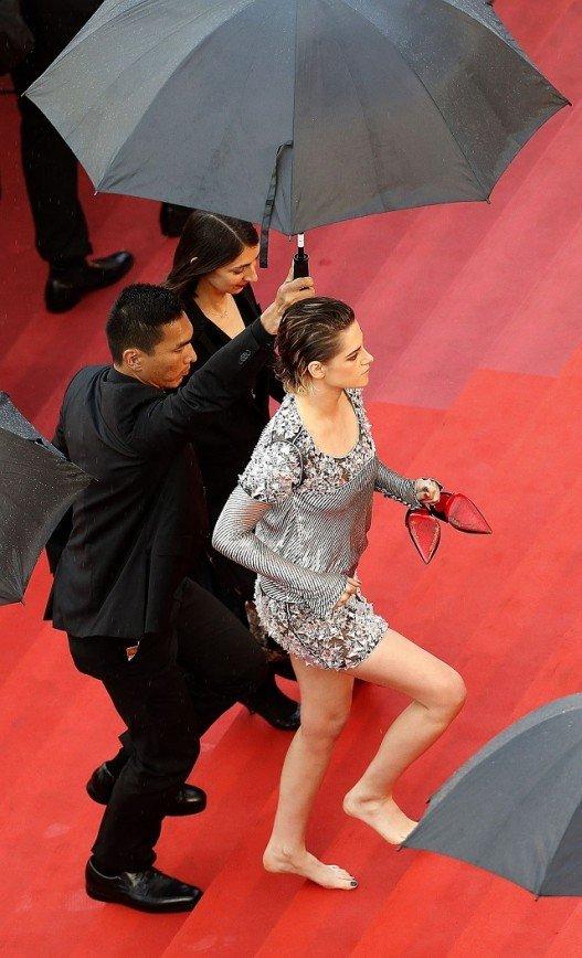 Кристен Стюарт разулась на красной дорожке перед сотней репортеров