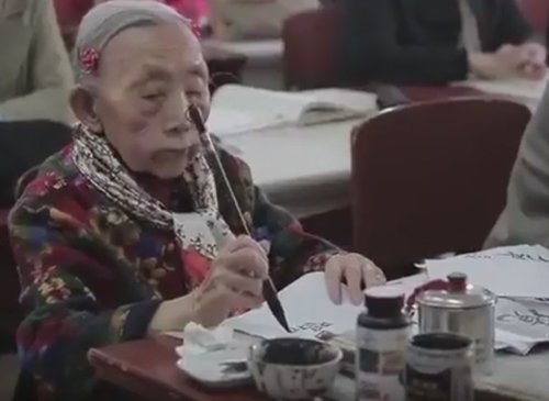 Никогда не поздно: 97-летняя старушка получает образование