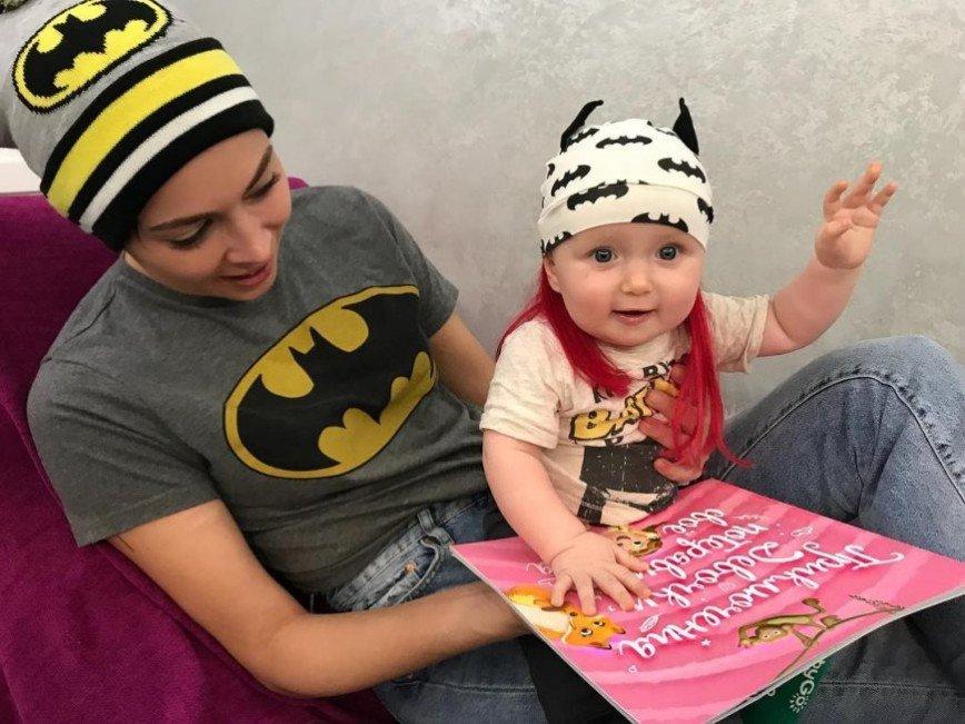 «Читаем с моей девочкой»: Фото Самбурской с ребенком вызвало общественный резонанс