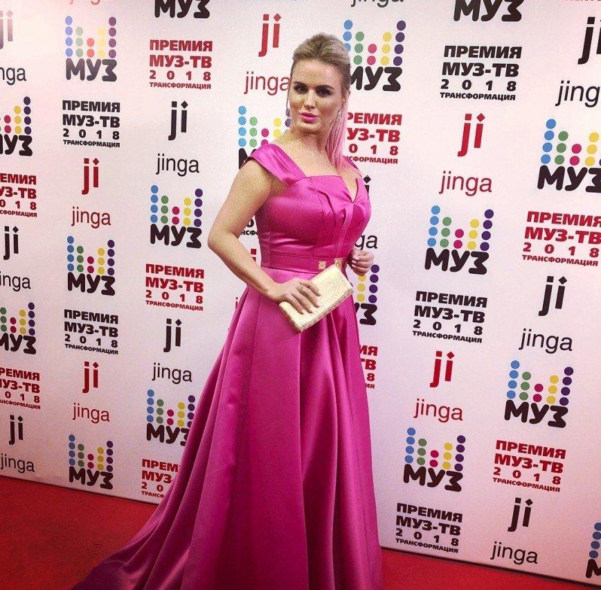 «Стилист зря ест свой хлеб»: платье Анны Семенович подчеркнуло ее недостатки