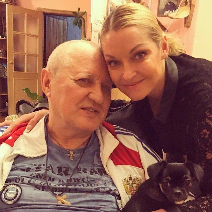 Волочкова подарила парализованному отцу кресло, почти как у Стивена Хокинга