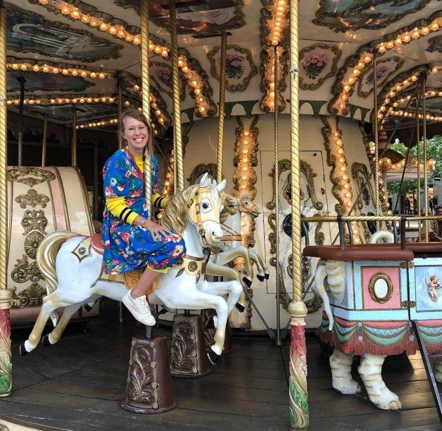 """""""Главное, найти своих"""": Собчак прокатилась на карусели с лошадьми"""