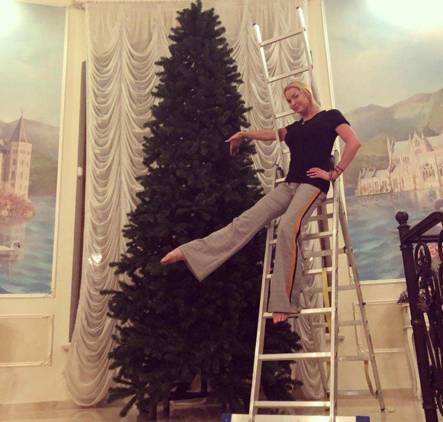 Анастасия Волочкова занялась украшением четырехметровой ёлки