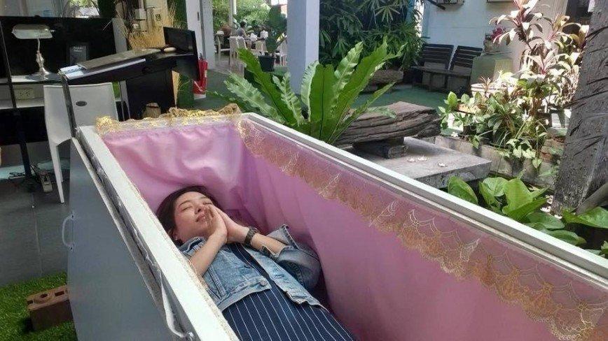 «Я бы не залез!»: в Таиланде посетителям кафе предлагают полежать в гробу