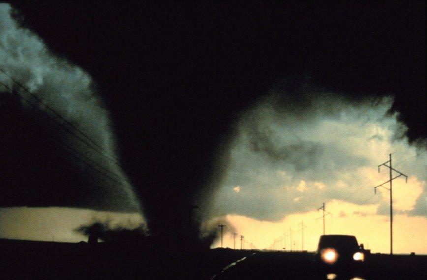 """""""Бесстрашный человек!"""": мужчина проехал на грузовике сквозь торнадо"""