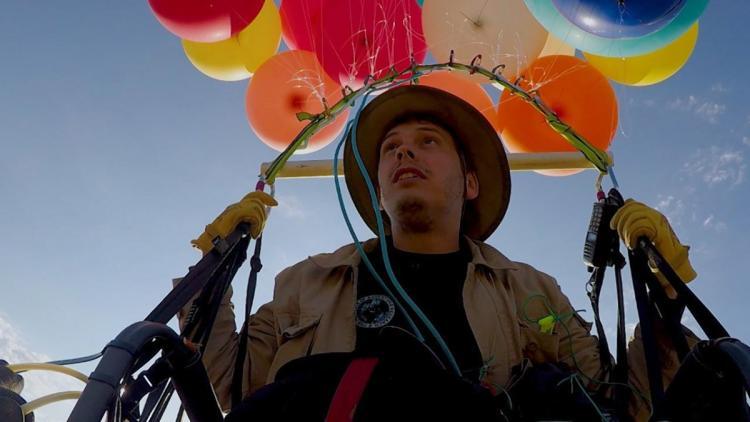 Британец пролетел 25 километров на стуле с воздушными шарами