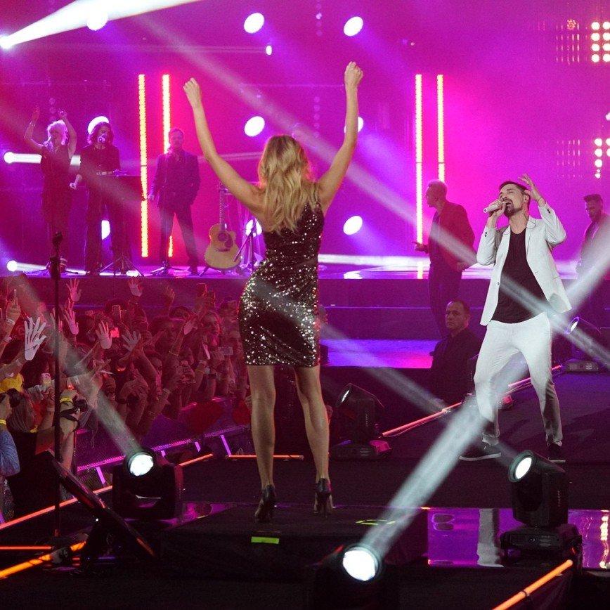 «Я теперь уснуть не могу!»: Билан на глазах у поклонников позвал Ксению Сухинову на сцену