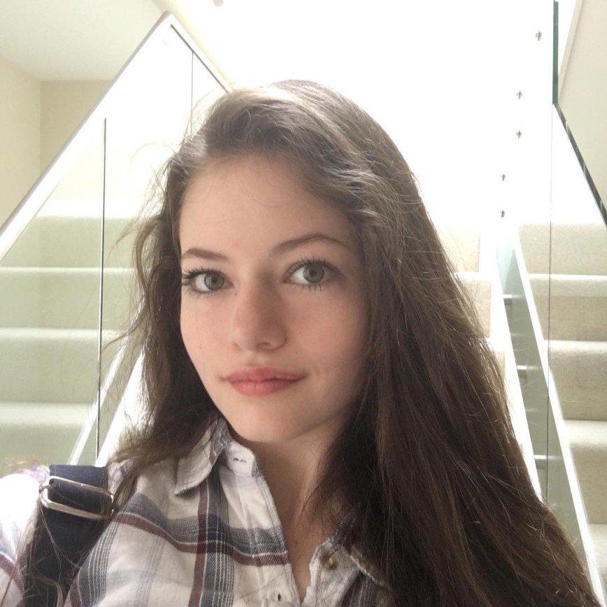Уже 17! Как сейчас выглядит актриса, которая сыграла маленькую Ренесми в фильме «Сумерки»