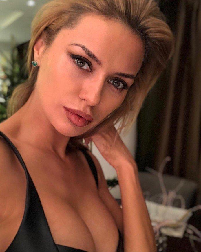 «Не для такого декольте»: Боня удивила фанатов асимметричной грудью