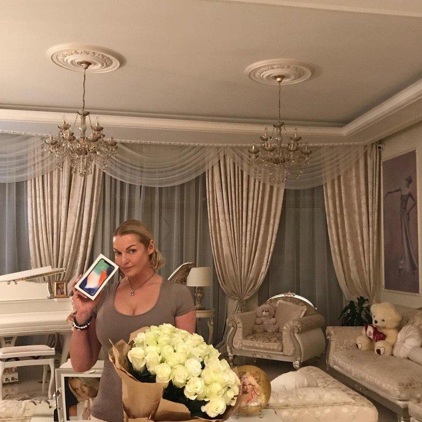 «Как сорока»: Волочкова хвалится новым Айфоном