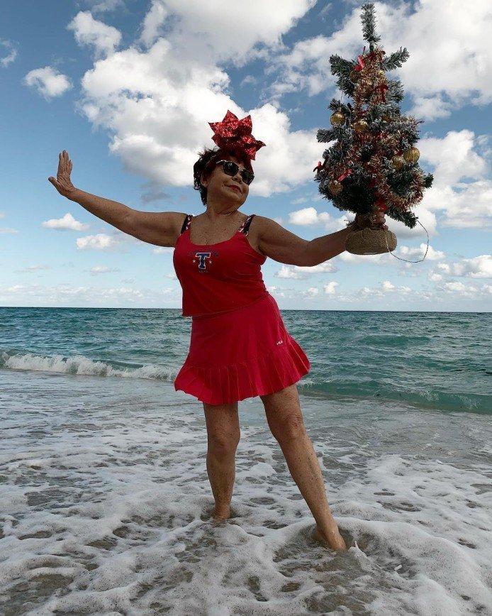 Звезда и елка: Наташа Королева показала, как ее мама пришла на пляж