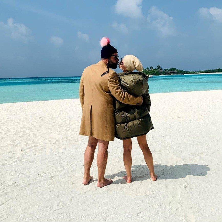 Пуховик, шапка, бикини: Полина Гагарина поделилась оригинальным пляжным фото