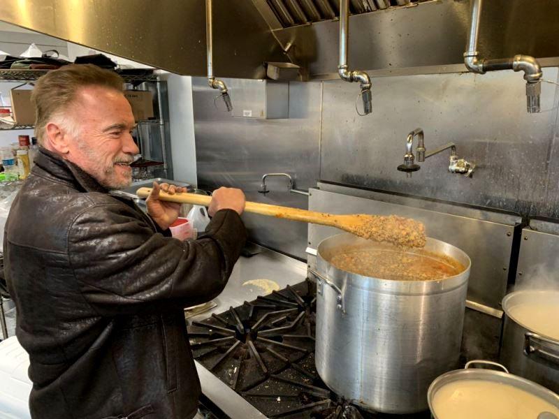 Каша от Арнольда: Шварценеггер приготовил еду для пожарных Калифорнии