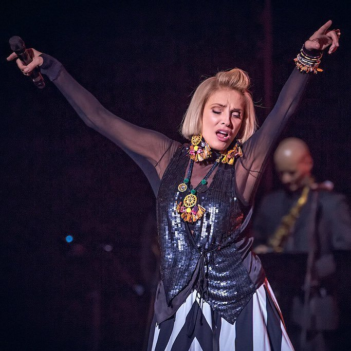 Лайма Вайкуле на киевском концерте надела дизайнерское платье задом наперед