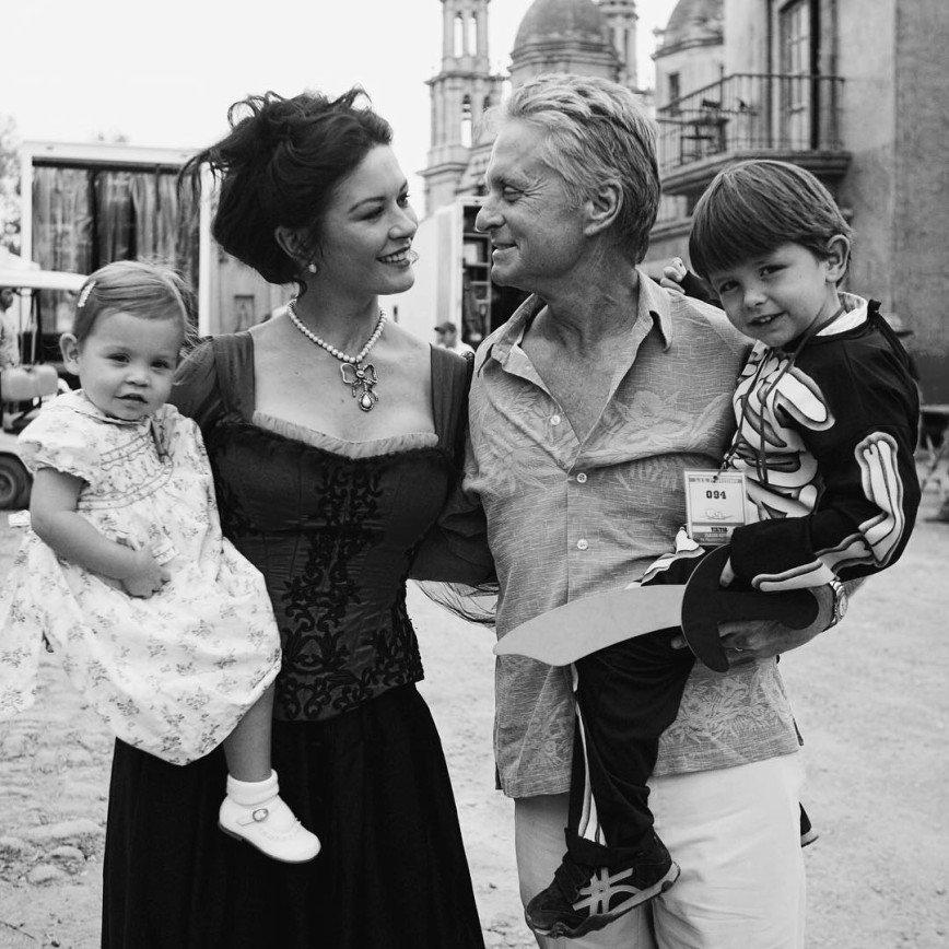 Кэтрин Зета-Джонс поделилась курортным фото с подросшими детьми