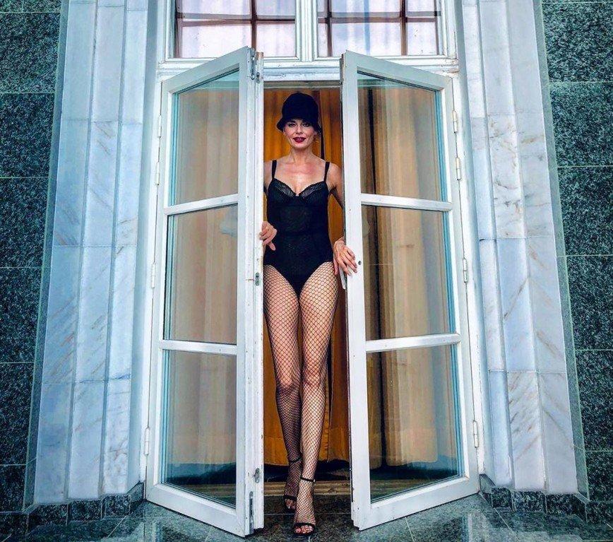 Как танцовщица из Мулен Руж: Любовь Толкалина позировала в боди и колготках в сеточку