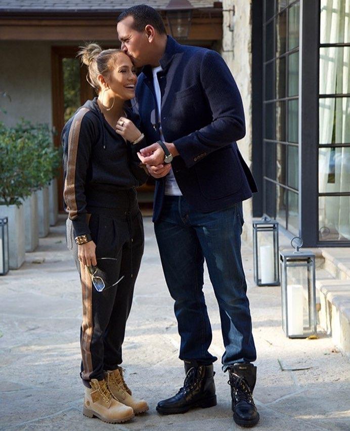 Дженнифер Лопес опровергла слухи о помолвке с Алексом Родригесом